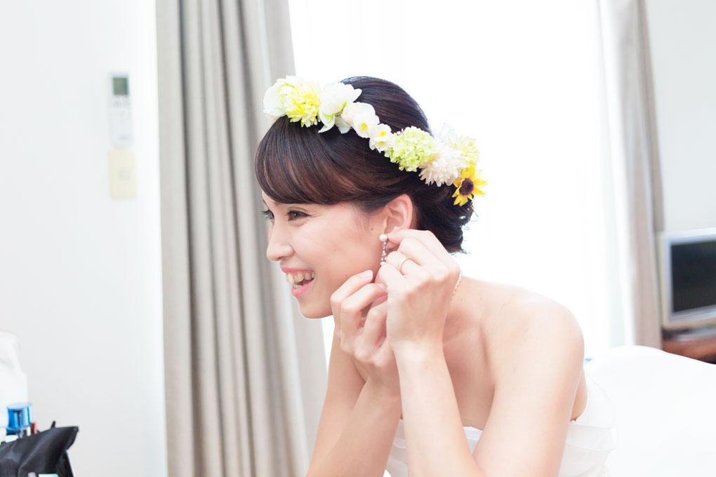 鏡を見つめる花嫁ソロショット
