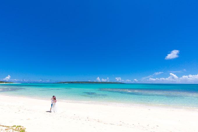 真っ白なビーチにふたりだけ。プライベートな楽園がここに