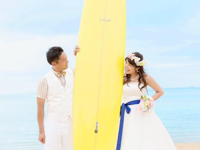 サーフボードを持って海を楽しむ
