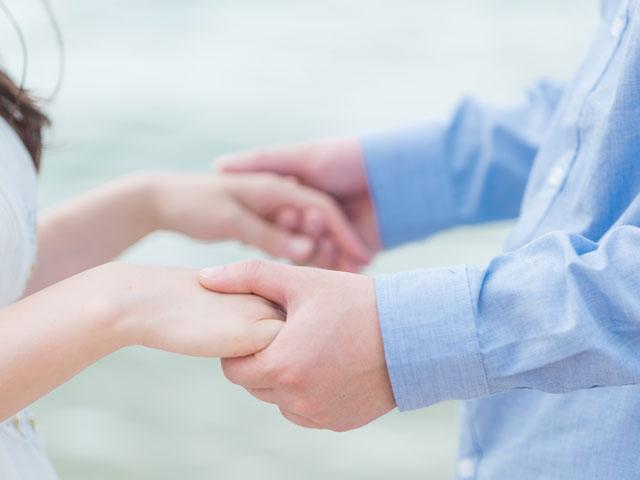両手をつないで永遠の愛を誓う