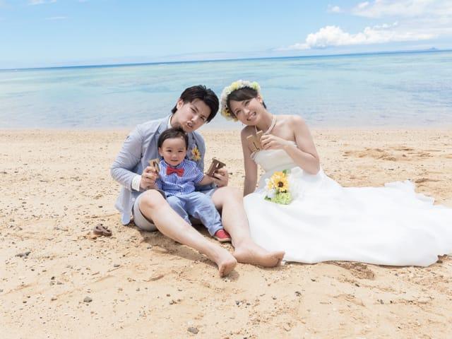 ウェディングドレスのまま砂浜に座って