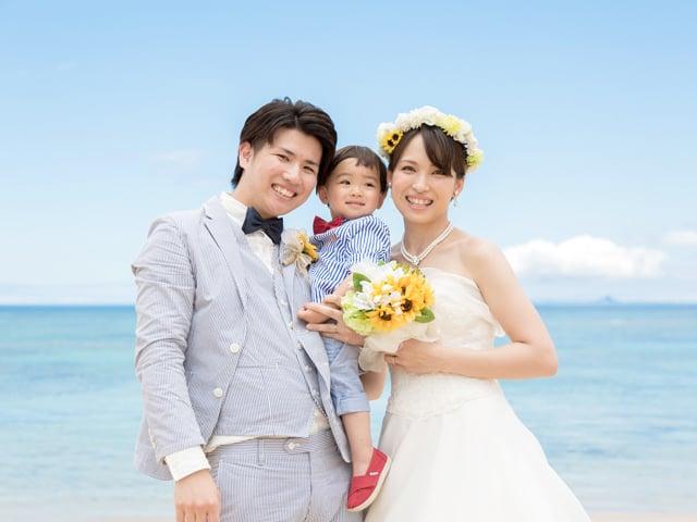 沖縄のビーチでみんな笑顔