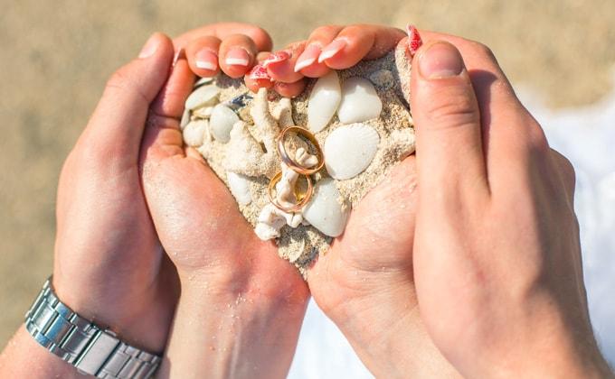 貝殻を使って「結婚指輪フォト」