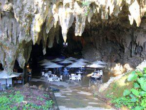 鍾乳洞と亜熱帯の森が融合したガンガラーの谷