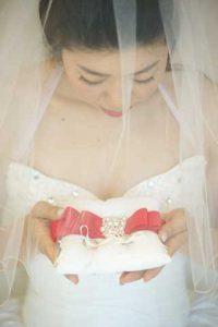 リングピローを手にうつむく花嫁
