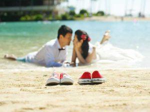 海辺で見つめ合うふたり
