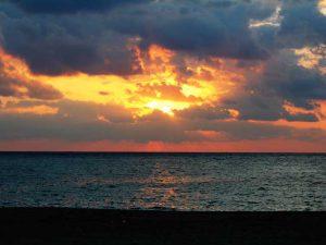 美しい夕焼け空で茜色に染まる嘉陽ビーチ