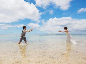 沖縄の海で水をかけあう定番写真