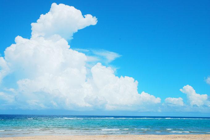 砂浜が一定感覚で区切られている天然のプライベート空間波平ビーチ