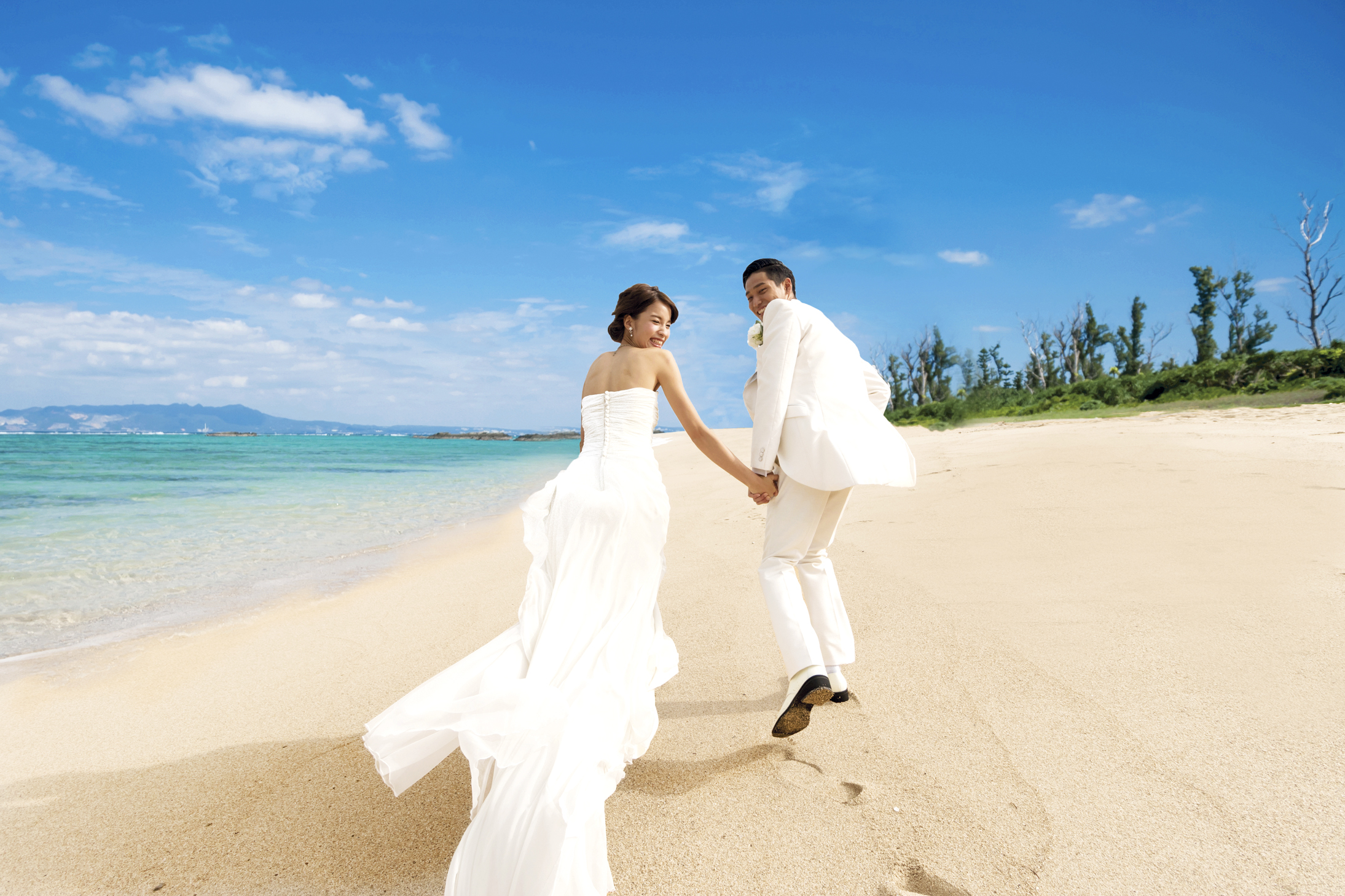 沖縄のビーチだから思い切りはしゃげる!