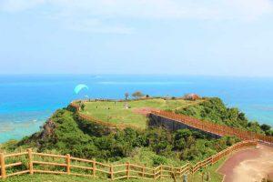 遊歩道が整備された高台から絶景を見下ろせる知念岬公園