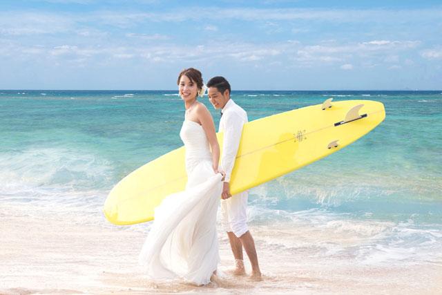 サーフボードを持って海辺で絵になる1枚を