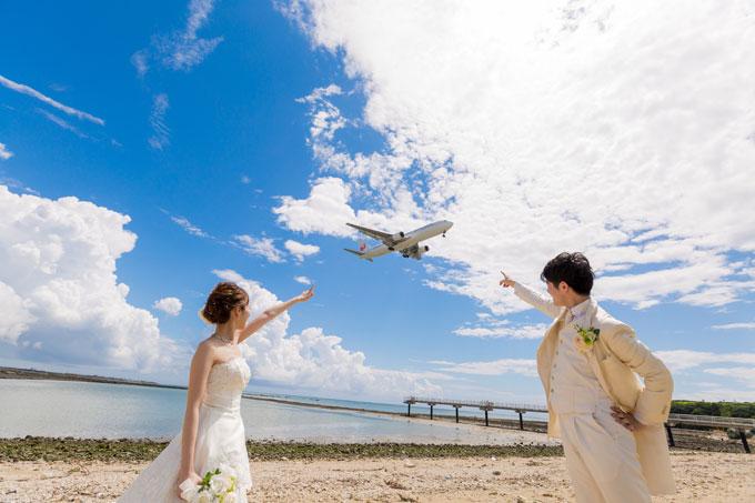 離着陸を繰り返す飛行機がふたりのウェディングフォトに収まる