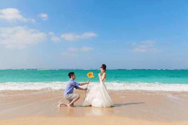 沖縄のエメラルドグリーンの海をバックにプロポーズフォトウェディング
