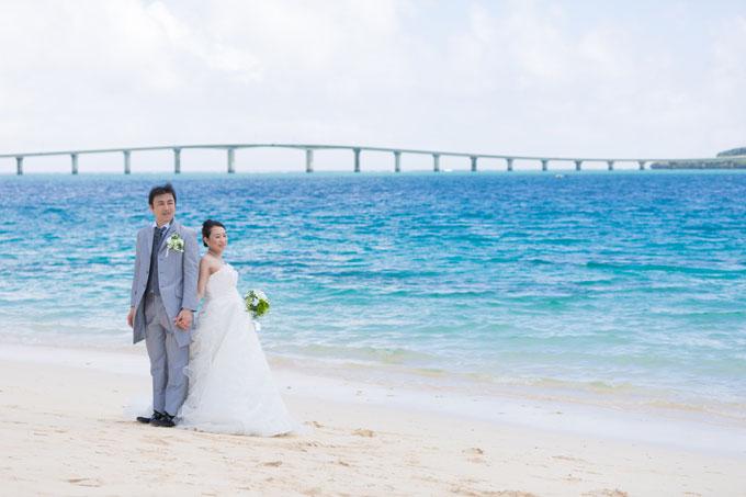 海に架かる橋のフォルムがコバルトブルーの海に映える