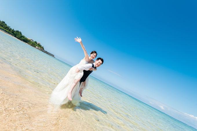 白い砂浜に透明な水。そこに光が差し込むと美しいエメラルドグリーンに