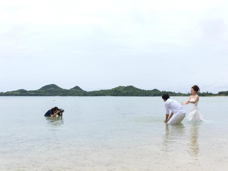 石垣島のビーチで前撮り&フォトウェディング。カメラマンも絶賛トラッシュ中