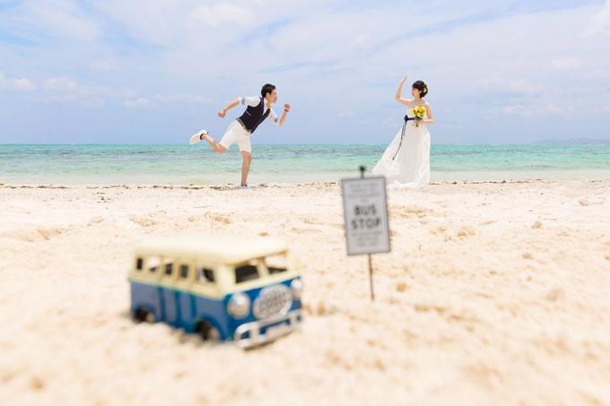 石垣島の砂浜にお気に入りのアイテムを置いてシーンを演出