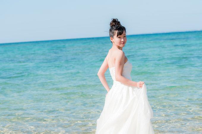 水平線に向かって濃い青になっていくグラデーションが美しい沖縄の海