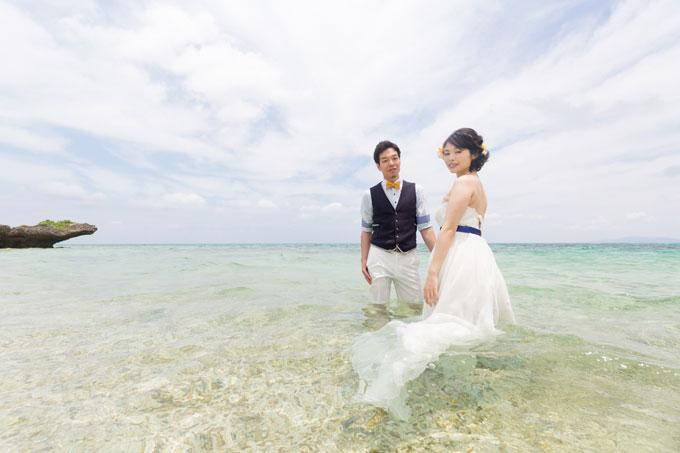 白い砂と透明度抜群の海なら、近くで撮影するとドレスの足元まで見える透明な水が
