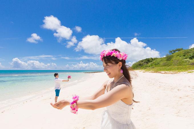 宮古島のビーチ手のひらの上からプロポーズ