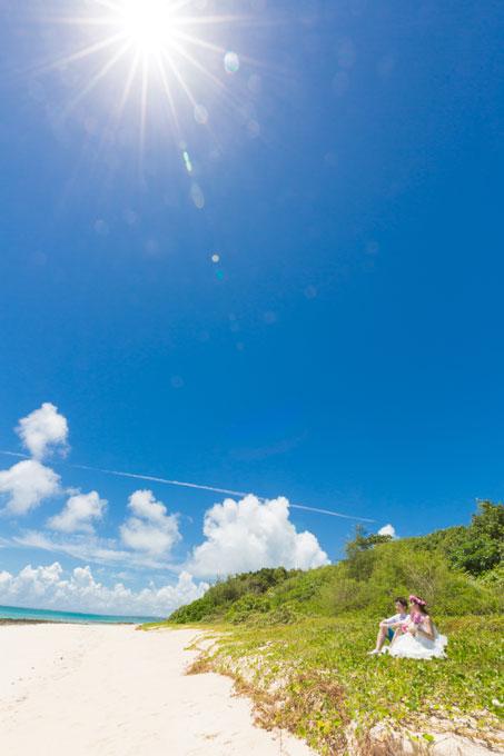 夏の与那覇前浜ビーチにどこまでも青空が広がる