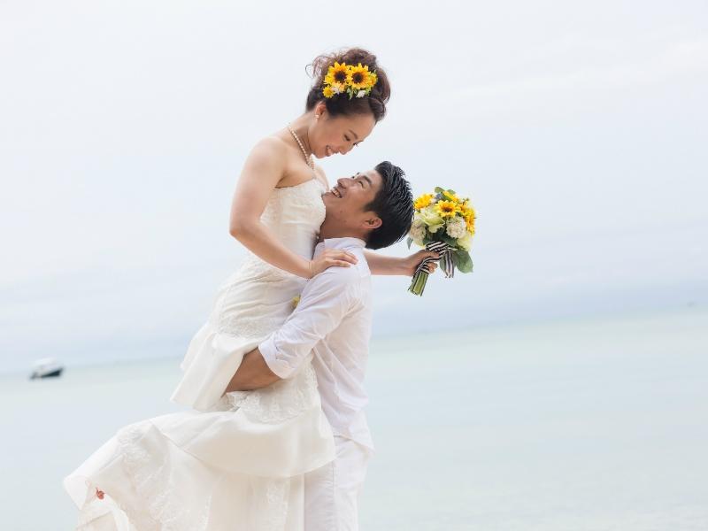 石垣島の前撮りで定番の抱っこポーズで前撮り&フォトウェディング