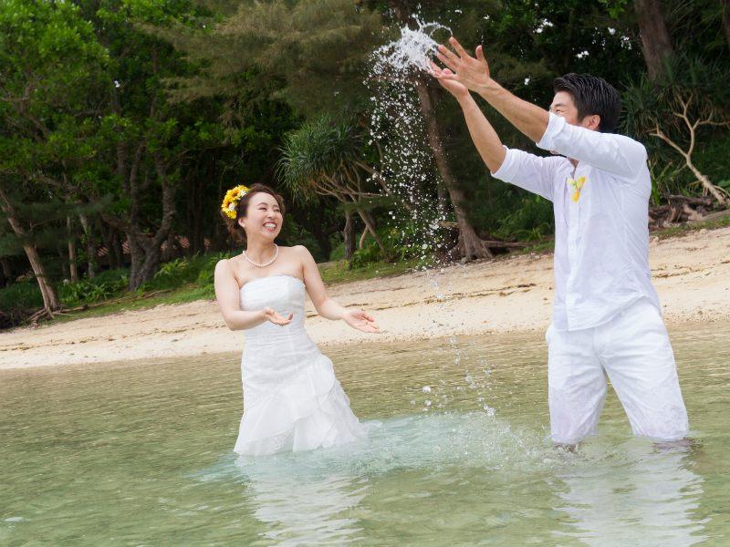 石垣島でトラッシュザドレスので前撮り&フォトウェディング。カメラマンもトラッシュ!!