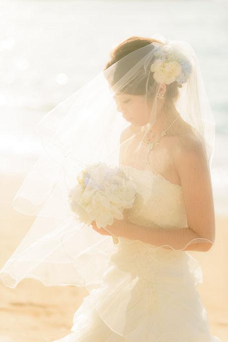 沖縄の海を照らす太陽で海がキラキラときらめく神秘的なフォトウェディング