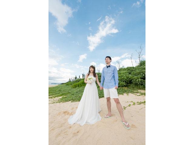 沖縄の広い海白い砂浜をふたりじめ