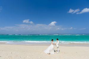白い砂浜と青い海の瀬底ビーチ
