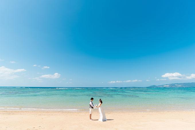 沖縄の海にて。フォトウェディングプランの選び方をチェック