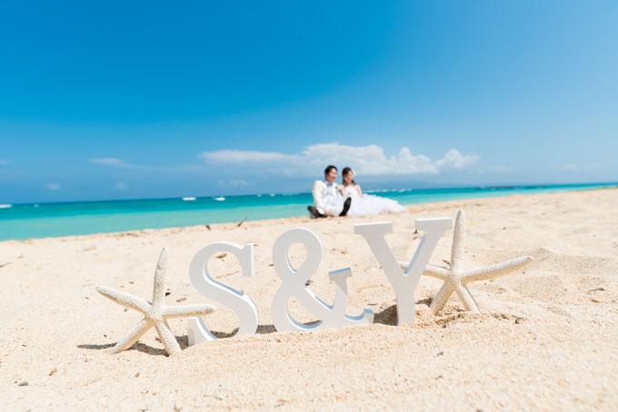 沖縄のビーチでウェディングドレスを着てロケーションフォト撮影。フォトウェディングプランの選び方をチェック
