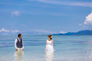石垣島の澄んだ海にドレスを着たまま入るトラッシュザドレスウェディング