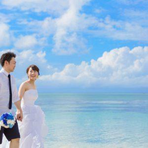 爽やかなブルーに彩られた石垣島のビーチでフォトウェディング