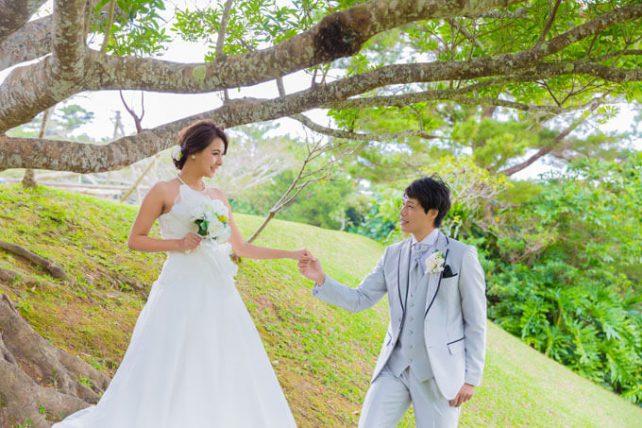 沖縄の木々に彩られたビオスの丘でドレスを着てウェディングフォトを撮影