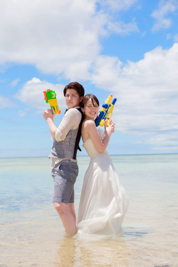 沖縄の海で決めポーズ