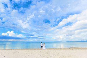 石垣島のキレイな海と空がよく分かる引きのアングルでフォトウェディング