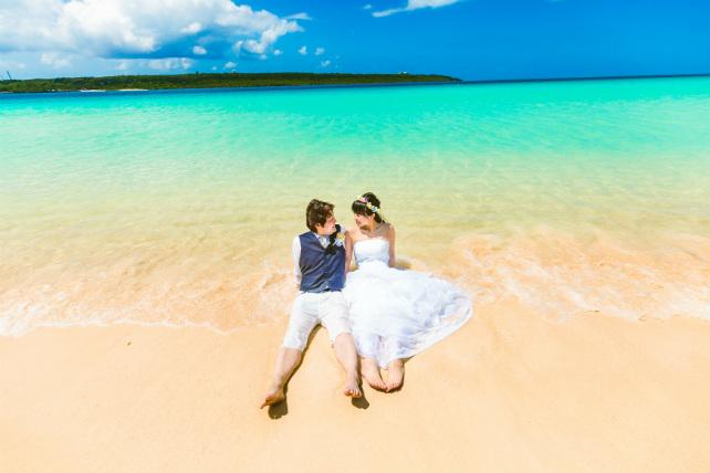 宮古島でしか見ることができない美し海でトラッシュザドレスウェディング