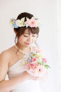 うつむき加減の笑顔が魅力的な花嫁