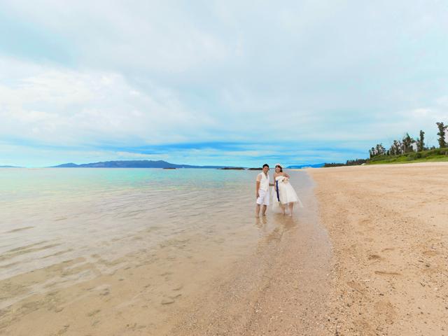 透き通るような沖縄のビーチを歩こう