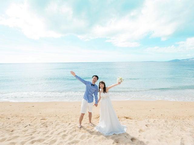 沖縄の大自然の中で両手を広げて