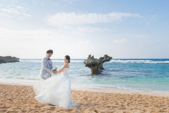 穿著禮服巡遊海灘和觀光景點的婚紗攝影之旅