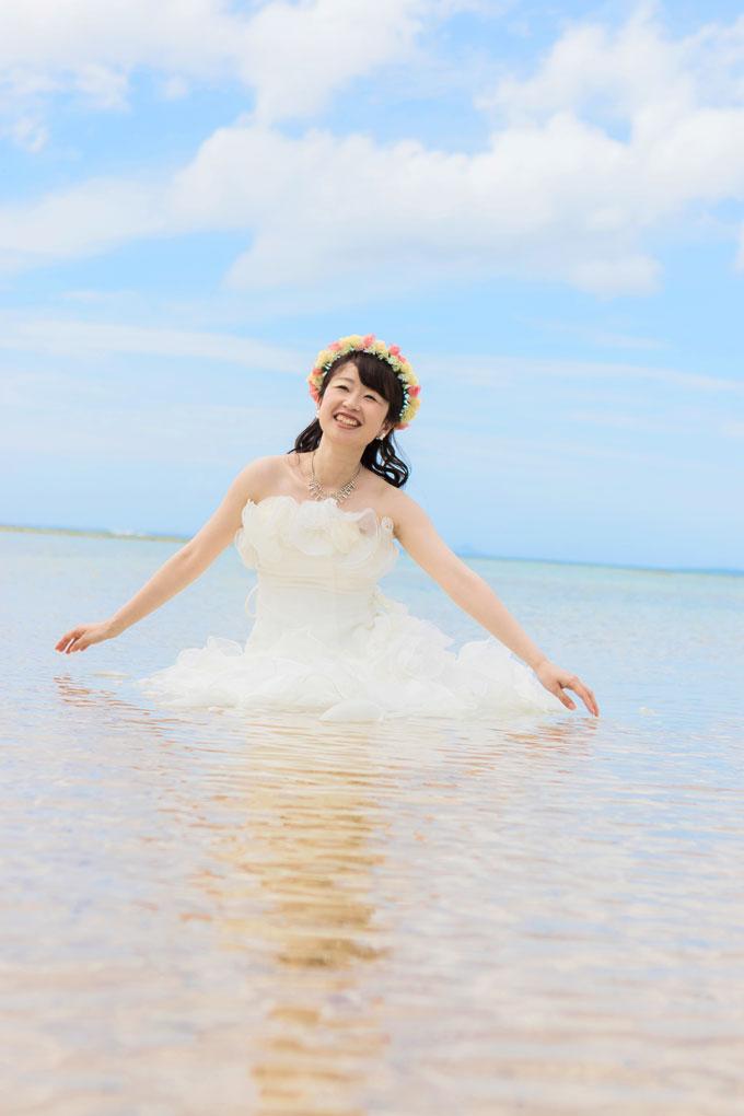 ウェディングドレスのまま、海に入って