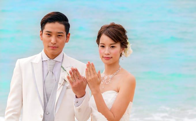 沖縄の海の前で幸せを誓う
