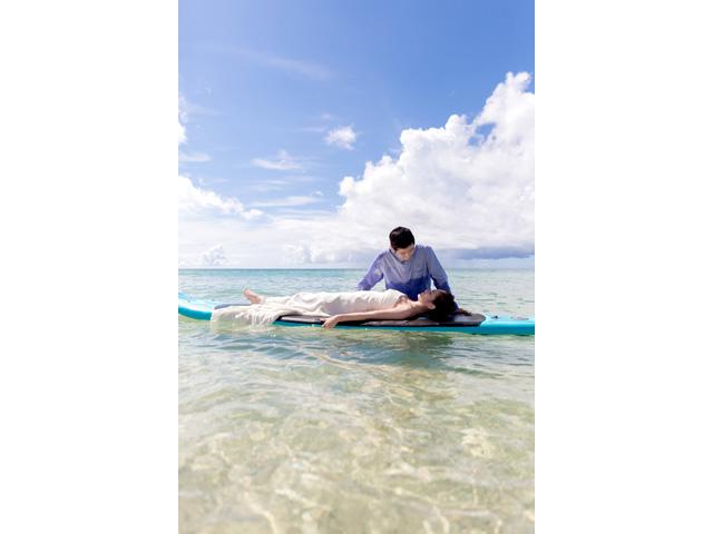 サップで沖縄の海を楽しんで