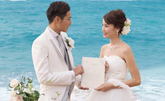 沖縄の海もふたりを祝福しているよう