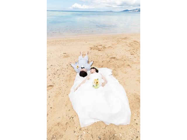 沖縄のビーチに寝転がって