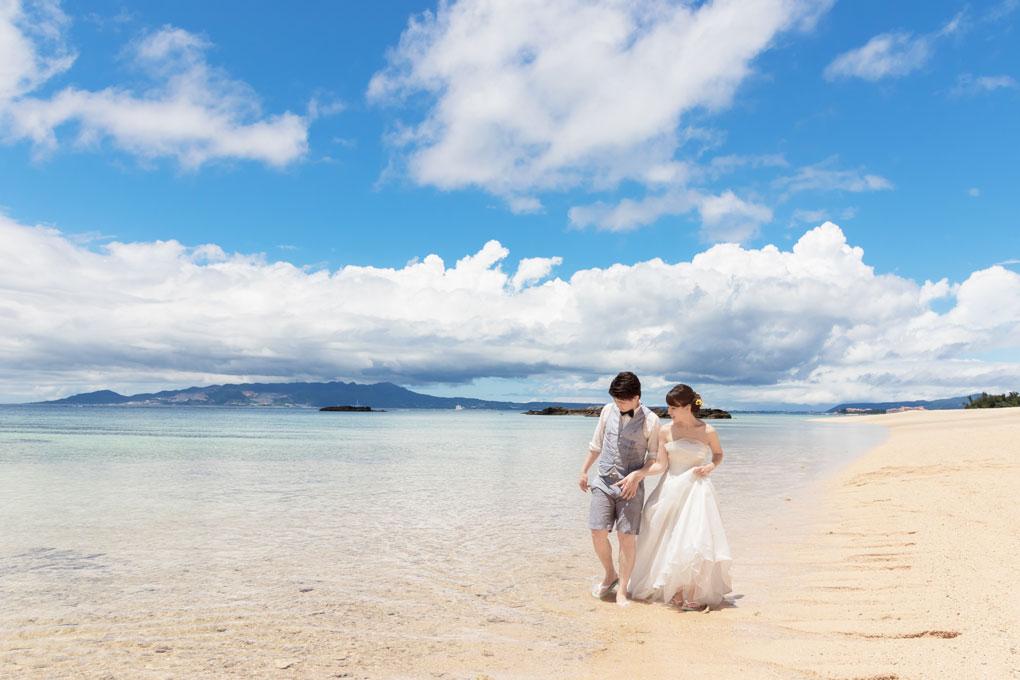 沖縄の美しい砂浜を歩く