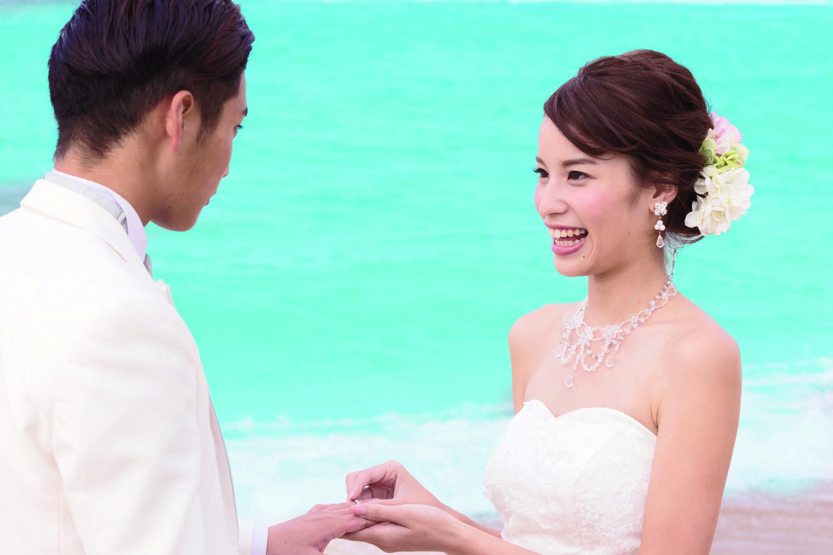 ビーチ挙式で指輪に永遠の愛を込めて…